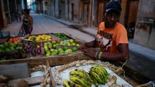 Un hombre vende productos agrícolas en La Habana, Cuba, el 14 de abril de 2018.