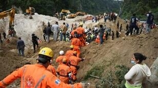 Rescuers take part in the search for victims in the village of El Cambray II, Guatemala, on October 3, 2015 after a landslide.