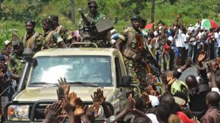 Des soldats du convoi du président Pierre Nkurunziza, à une trentaine de kilomètres de la capitale Bujumbura, le 23 mai 2015.
