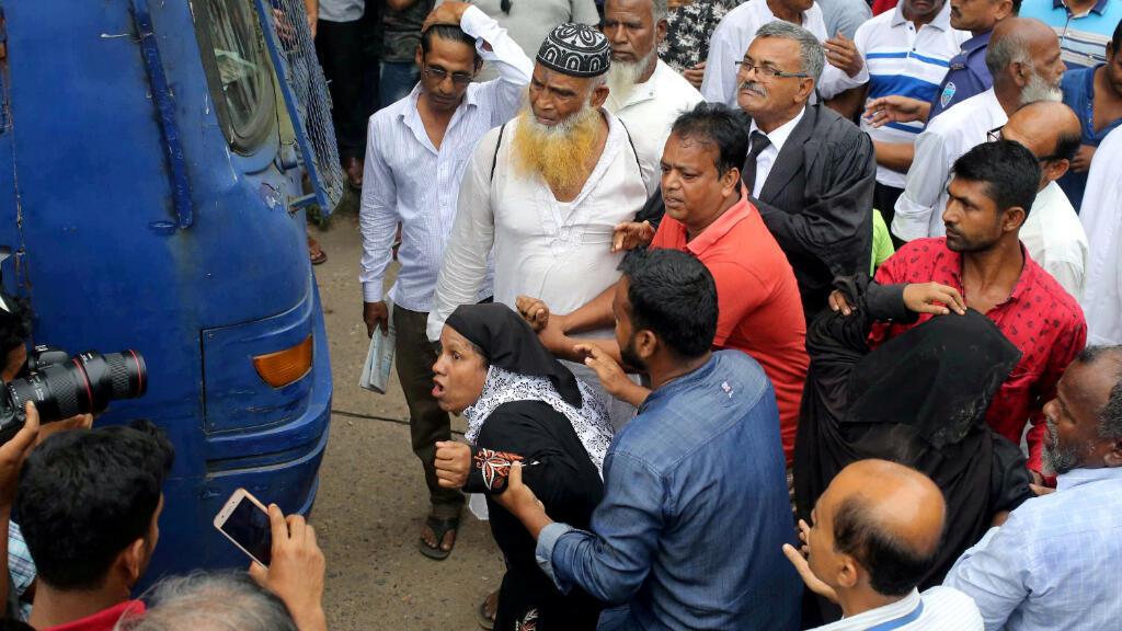 Familiares de Nusrat Jahan Rafi se abalanza contra el grupo de sentenciados a muerte por el asesinato de la joven estudiante en abril de 2019. Feni, Bangladesh, 24 de octubre de 2019.