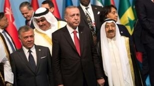 أمير الكويت و ملك الأردن والرئيس التركي في القمة الإسلامية في إسطنبول الجمعة 18 أيار/مايو 2018