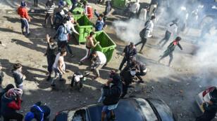 Des manifestants affrontent la police à Alger le 12avril2019.