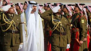 El príncipe heredero de Abu Dabi pasa en revista las tropas de honor en Jordania este 20 de noviembre de 2018
