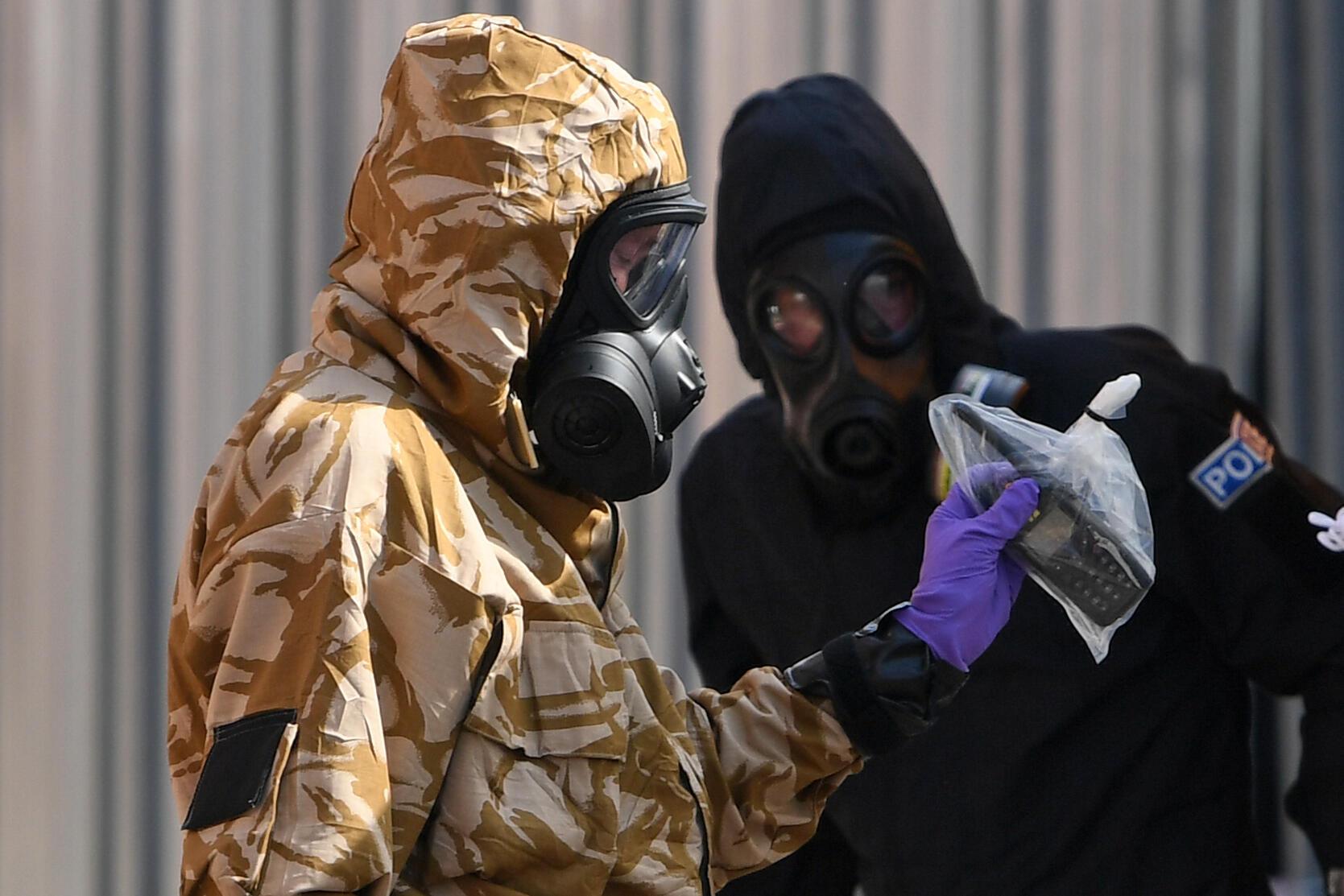 """محقق يرتدي بدلة واقية وقفازات وقناع أثناء تحليله لغاز """"نوفيتشوك"""" السام، بشارع روليستون، جنوب إنكلترا، في 6 يوليو 2018"""