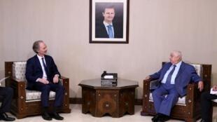 الموفد الأممي أثناء لقائه مع وزير الخارجية السوري وليد لمعلم