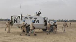 Des casques bleus de l'ONU patrouillent dans Tombouctou, au Mali, le 12 mai 2015.