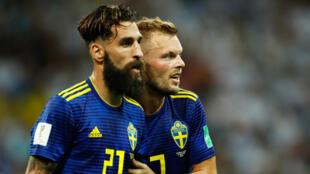 Les Suédois Jimmy Durmaz (g) et Sebastian Larsson à la fin du match contre l'Allemagne, le 23 juin 2018 à Sotchi.