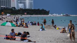 رواد البحر على شاطئ ميامي في فلوريدا في 14 تموز/يوليو 2020