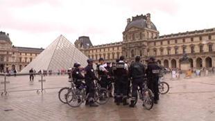Policiers devant la Pyramide du Louvre.