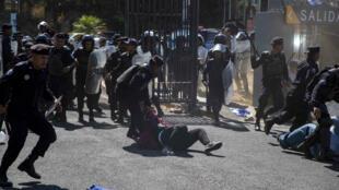 Policías antidisturbios interrumpen una manifestación en Managua, Nicaragua el 30 de marzo de 2019.