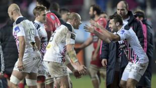 Le capitaine parisien Sergio Parisse (à gauche) fête la victoire avec Jérémie Sinzelle.