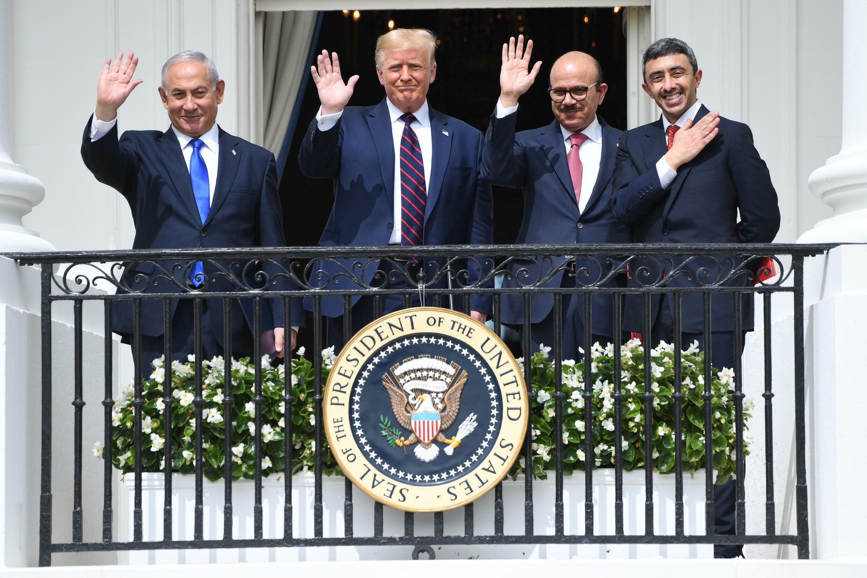 Sur cette photo d'archive prise le 15 septembre 2020, (de gauche à droite) le Premier ministre israélien Benjamin Netanyahu, le président américain Donald Trump, le ministre des Affaires étrangères de Bahreïn Abdullatif al-Zayani et le ministre des Affaires étrangères des Emirats arabes unis Abdullah ben Zayed al-Nahyane à la Maison Blanche après avoir signé les accords d'Abraham reconnaissant Israël, à Washington