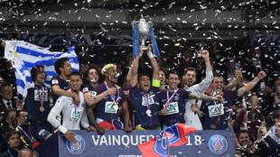 Les Parisiens célèbrent leur trophée avec le Stade de France, mardi 8 mai 2018.
