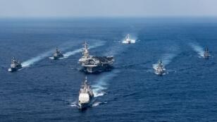Le porte-avions USS Carl Vinson et son groupe aéronaval, lors d'un exercise avec la marine japonaise, le 28 mars 2017 au large des Philippines.
