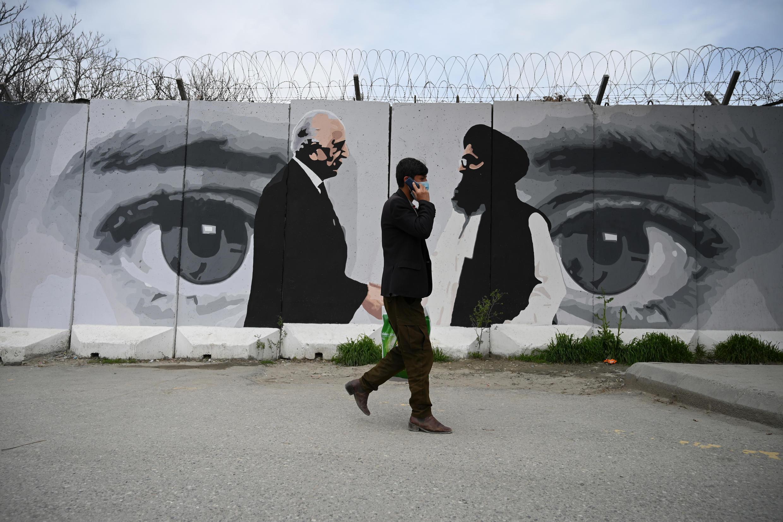 Kaboul, le 5 avril 2020 : fresque figurant une poignée de main entre Zalmay Khalilzad, représentant américain pour les négociations d'accords avec les Taliban, et le mollah Abdul Ghani Baradar (avril 2020).