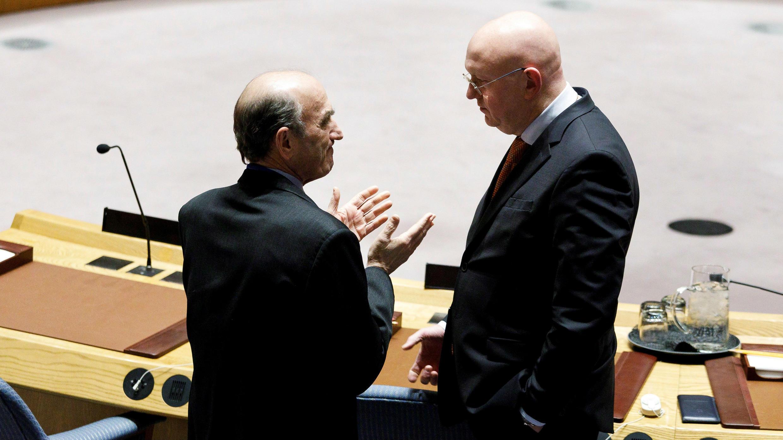 El representante especial de Estados Unidos para Venezuela, Elliott Abrams, y el embajador de Rusia ante las Naciones Unidas, Vassily Nebenzia. 28 de febrero de 2019.