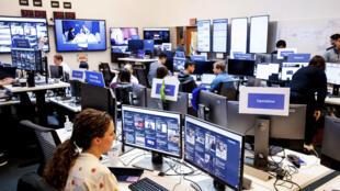 """Des employés de Facebook travaillant dans  la """"War Room"""" du réseau social, le 17 octobre 2018 à Menlo Park, Californie."""