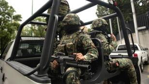 Des forces de l'ordre mexicaines patrouillent autour du lieu où est détenu à Mexico l'un des dirigeants du cartel criminel des Zetas, Miguel Angel Trevino Morales, en juillet 2013.