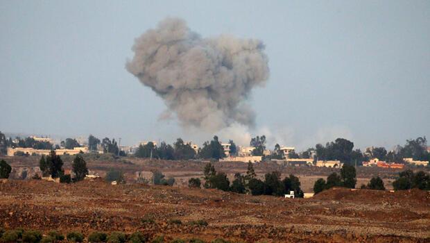 Una columna de humo se levanta después de una explosión en el lado sirio de la frontera con Israel, tal como se ve desde los Altos del Golán ocupados por Israel,  el 24 de julio de 2018.