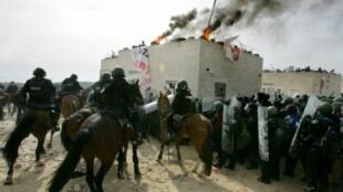 مواجهات بين الشرطة الإسرائيلية وسكان مستوطنة عمونا غير الشرعية اليمينيين المتشددين شباط/فبراير 2006