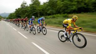 El francés Julian Alaphilippe, portador del 'maillot' amarillo como líder del Tour de Francia, lidera el pelotón durante la etapa 15 entre Limoux y Foix Prat d'Albis, el 21 de julio de 2019.