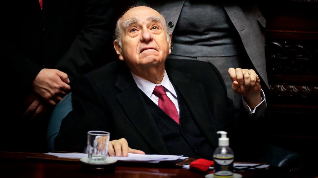 El primer presidente tras la dictadura cívico-militar, Julio María Sanguinetti, dejó su escaño en el Senado.