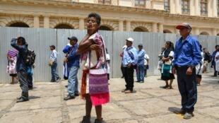 Indígenas de Altos de Chiapas hacen fila -manteniendo el distanciamiento social- a la espera de un subsidio del gobierno local, debido a la pandemia de la COVID-19, en San Cristobal de las Casas, estado de Chiapas, México, el 23 de abril de 2020