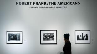 """Exposition des photographies de Robert Frank tirées de son livre """"Les Américains"""", le 17 décembre 2018."""