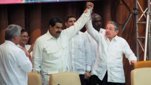 La communauté internationale espère que le leader cubain Raul Castro fera entendre raison à son allié vénézuélien Nicolas Maduro.