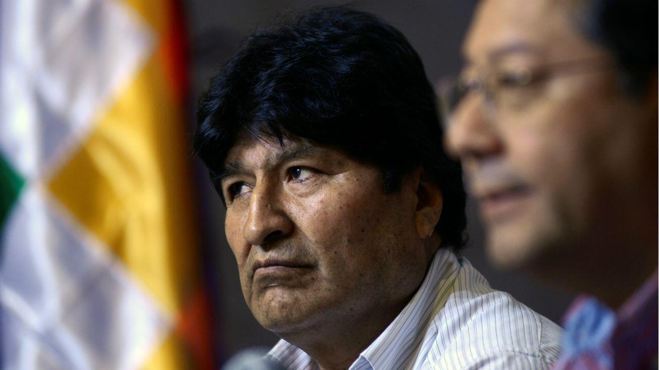 Archivo: El expresidente de Bolivia, Evo Morales, y el exministro de Economía de Bolivia y candidato presidencial del Movimiento al Socialismo (MAS), Luis Arce Catacora, asisten a una conferencia de prensa en Buenos Aires, Argentina, el 27 de enero de 2020.