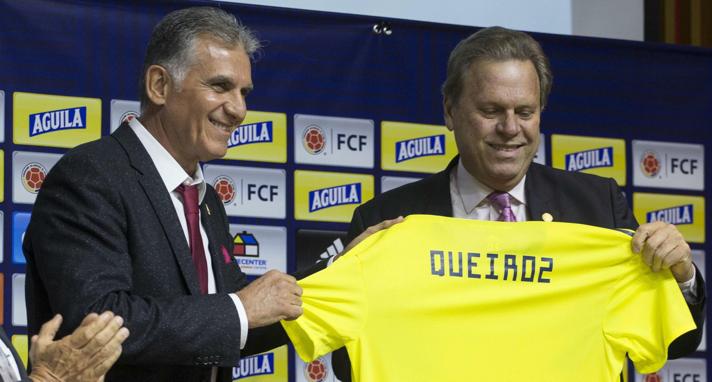 El portugués Carlos Queiroz posa con la camiseta de Colombia junto con el presidente de la Federación Colombiana de Fútbol, Ramón Jesurun. Bogotá, 7 de febrero de 2019.
