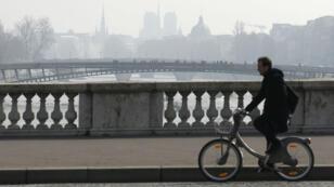Les monuments de Paris se devinent derrière un nuage de pollution le 18 mars 2016.