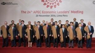 صورة لقادة بلدان منتدى التعاون الاقتصادي لدول آسيا والمحيط الهادئ (أبيك) في ختام قمة ليما