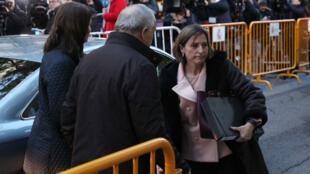 """Carme Forcadell arrive à la Cour suprême à Madrid, jeudi 9 novembre, pour être entendue dans le cadre d'une enquête pour """"rébellion""""."""