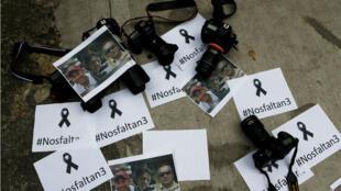 Fotógrafos colombianos dejan las cámaras en el piso frente a la Embajada de Ecuador para protestar contra el asesinato del periodista Javier Ortega, el fotógrafo Paul Rivas y su conductor Efraín Segarra. Foto del 16 de abril de 2018.