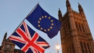 متظاهر مؤيد للاتحاد الأوروبي يرفع علمي بريطانيا والاتحاد في وسط لندن 11، كانون الأول/ديسمبر 2017