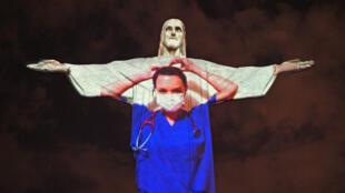 Tributo a los trabajadores de la salud en plena pandemia de covid-19, con imágenes proyectadas en el Cristo Redentor, en Río de Janeiro, el 12 de abril de 2020