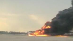 El avión de pasajeros Sukhoi se ve envuelto en llamas después de que realizó un aterrizaje de emergencia debido a un incendio a bordo en el Aeropuerto Internacional Sheremetyevo, el 5 de mayo de 2019.
