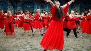 """Des fans de Kate Bush dansent lors de la journée """"Wuthering Heights"""", le 13 juillet 2019 à Berlin"""