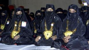 عرائس مسلمات بالزي الاحتفالي في حفل زفاف جماعي نظمته جمعية خيرية في بنغلادش.