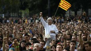 Des manifestants pro-indépendance rassemblés à Barcelone le 2 octobre 2017, au lendemain du référendum en Catalogne.