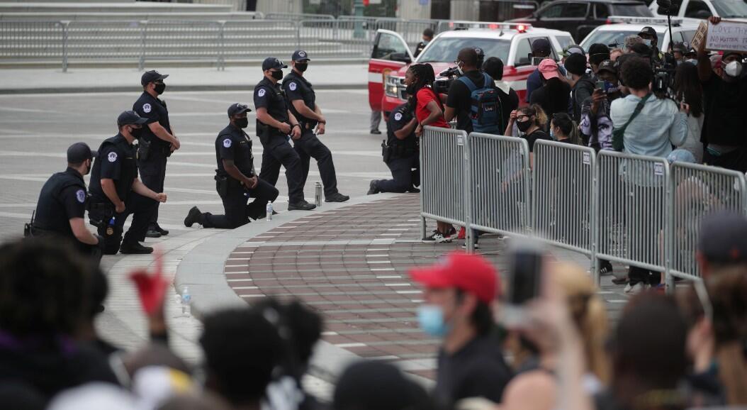Algunos policías se arrodillan en homenaje a George Floy, cerca del Capitolio, en Washington, Estados Unidos, el 4 de junio de 2020.