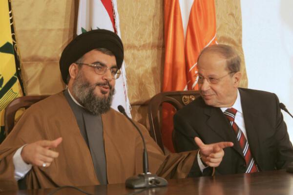 Hassan Nasrallah, le chef du Hezbollah, aux côtés de Michel Aoun, le 6 février 2006, dans la banlieue de Beyrouth.
