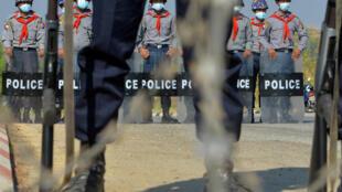 عناصر من الشرطة تقف في 29 كانون الثاني/يناير 2021، على طريق يؤدي إلى عاصمة بورما، حيث يتحدث الجيش عن إبطال الانتخابات التي شهدت فوز حزب أونغ سان سو تشي أرشيف