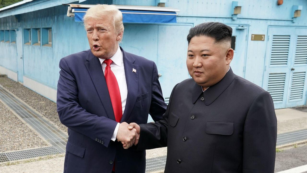El presidente de los Estados Unidos, Donald Trump, se reúne con el líder norcoreano, Kim Jong Un, en la zona desmilitarizada que separa a las dos Coreas, el 30 de junio de 2019.