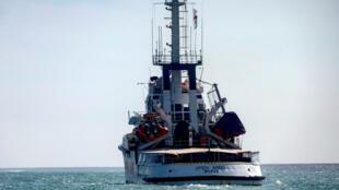 El barco de la ONG española Open Arms navega en el Mediterráneo en una imagen de archivo, donde rescata a migrantes que intentan llegar a las costas europeas