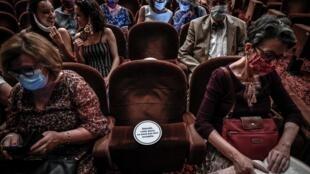 Unos espectadores ocupan sus butacas para ver una obra el 22 de junio de 2020 en el Teatro Antoine de París