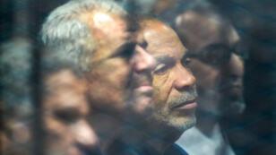 Saad al-Katatni, miembro principal de los Hermanos Musulmanes y antiguo miembro del Parlamento egipcio está sentado junto a su compañero Sobhy Saleh, en una celda durante un juicio por actos de rebeldía durante el levantamiento de 2011 contra el expresidente Hosni Mubarak. El Cairo, el 2 de diciembre de 2018.