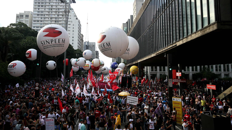 Sindicalistas protestan contra la reforma de las pensiones en Sau Paulo, Brasil, el lunes 19 de febrero de 2018.