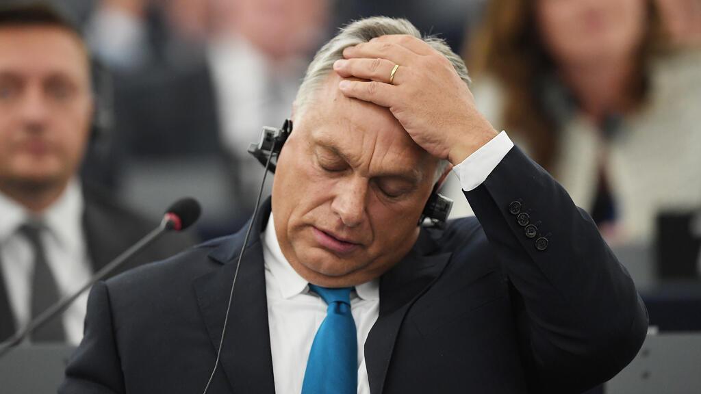 El primer ministro de Hungría, Viktor Orban, hace un gesto durante un debate sobre la situación de Hungría como parte de una sesión plenaria en el Parlamento Europeo en Estrasburgo, este de Francia, el 11 de septiembre de 2018.